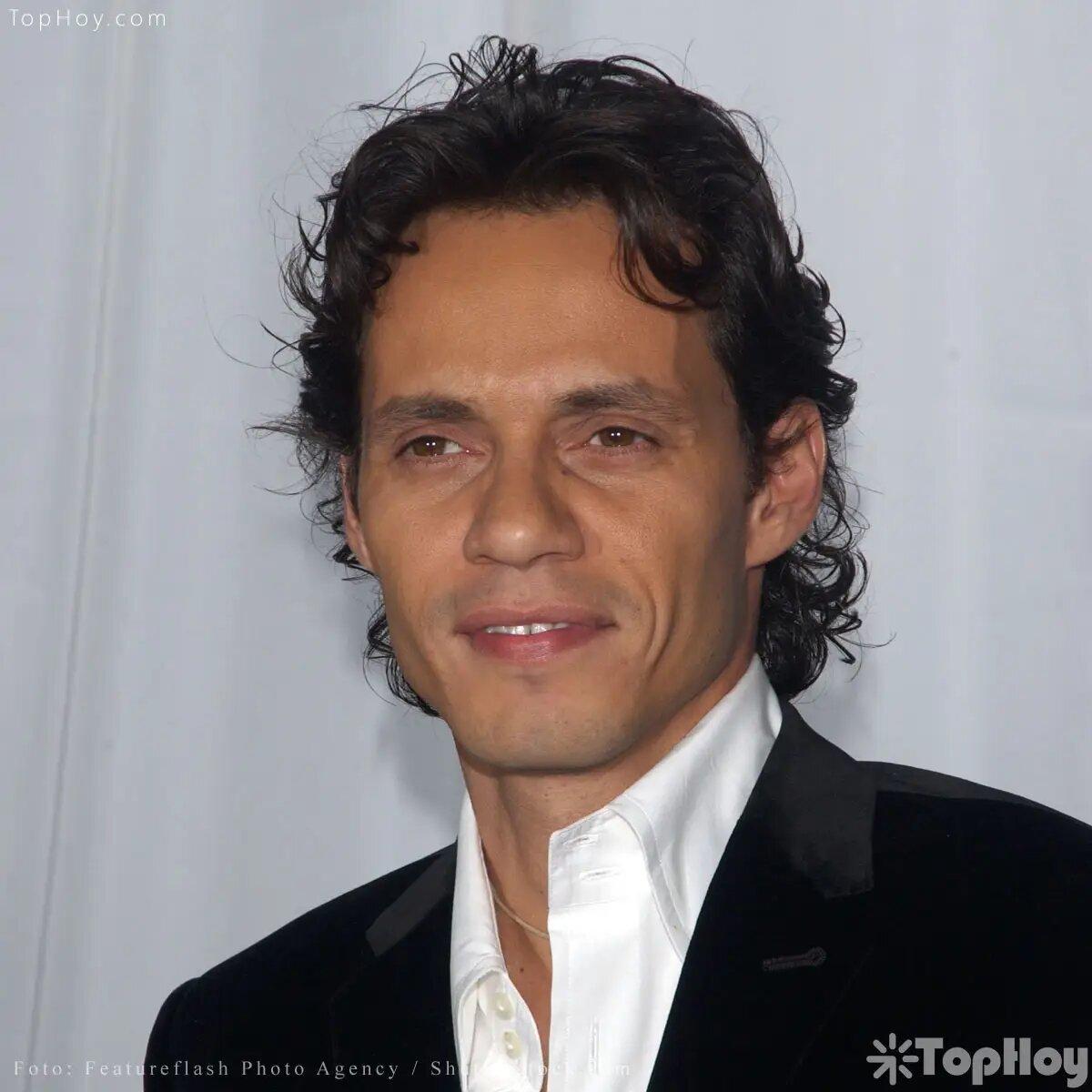 Su nombre verdadero es Marco Antonio Muñiz Rivera y nació el 16 de septiembre de 1968 en Nueva York.
