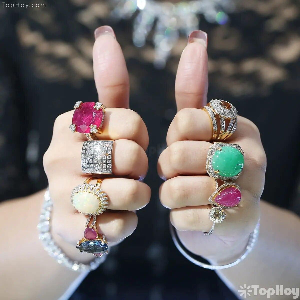 Adora los anillos anchos. Cuenta con más de 200 en su colección.
