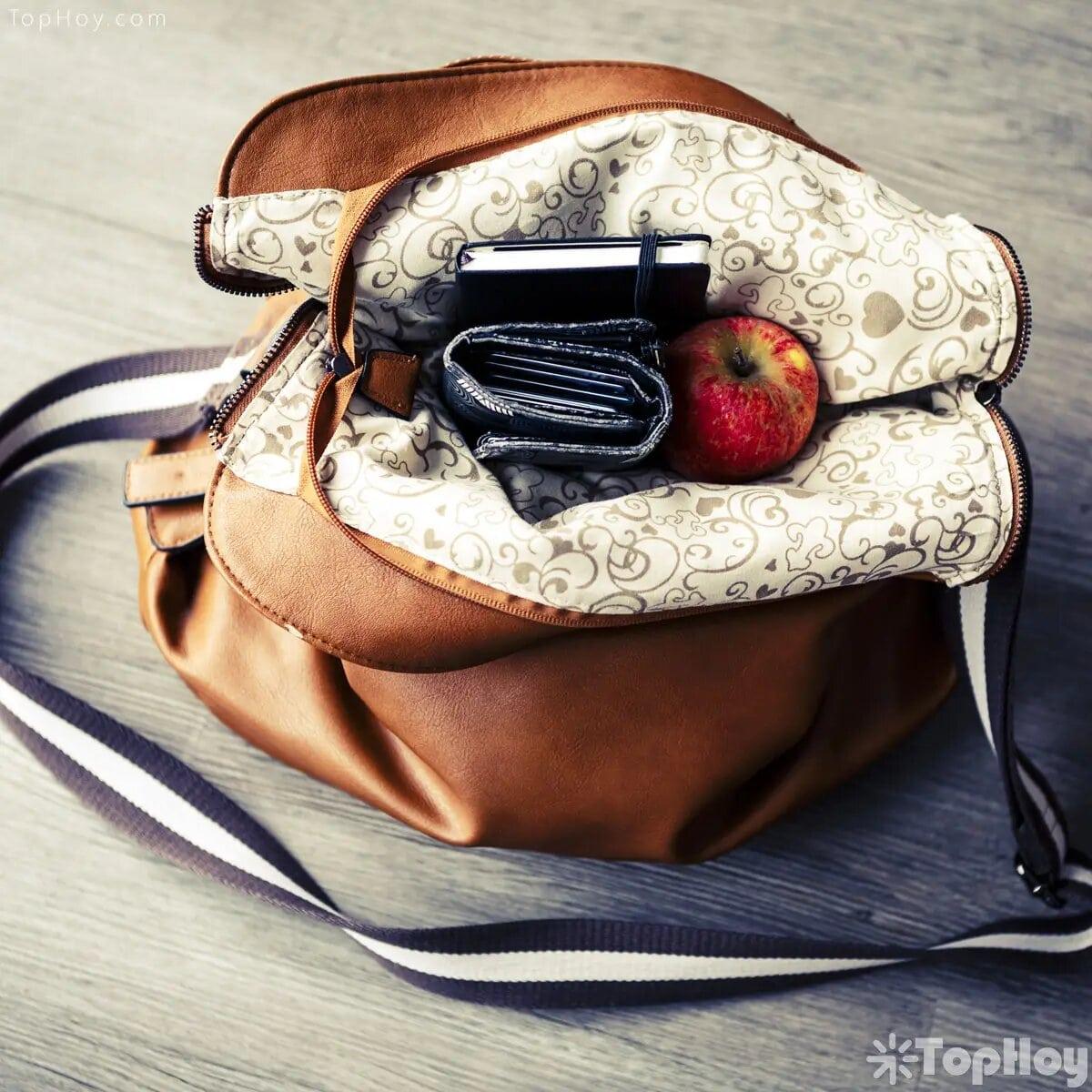 La mayoría de las mujeres piensa que colocar sus carteras en el piso hará que pierdan dinero.