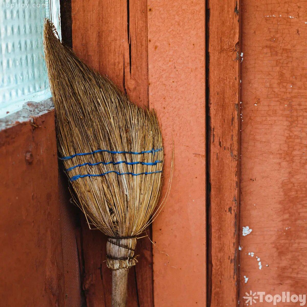 Ubicar una escoba detrás de la puerta principal, ahuyentará las visitas desagradables.