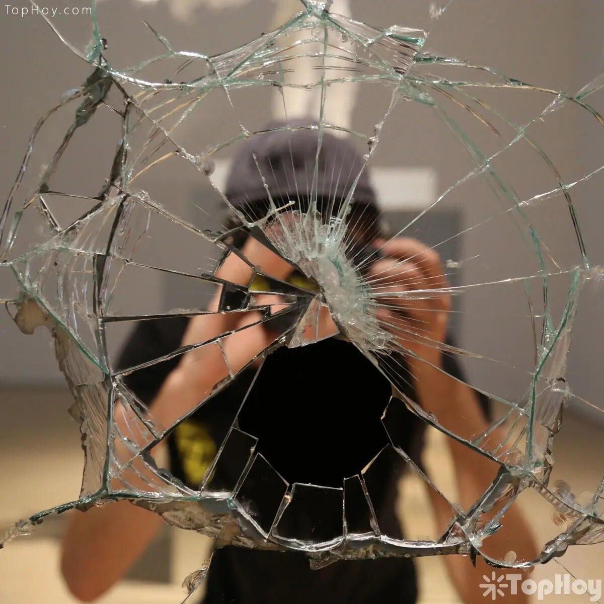 Lo más temido de la cultura latina es que se rompa un espejo. Son 7 años de mala suerte.
