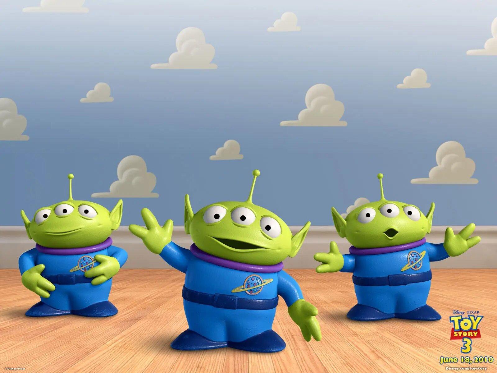 Las voces de los pequeños extraterrestres de Toy Story 1, fue hecha por el propio director de la película, John Laster, quien se negó a utilizar laboratorios de edición y prefirió aspirar helio para lograr temporalmente la voz de los alienigenas.