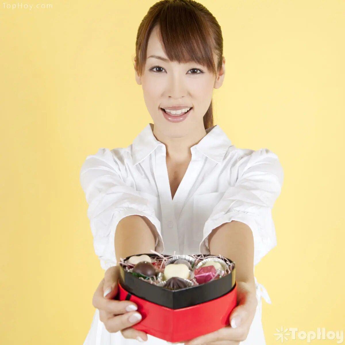 En Japón, solo las mujeres celebran el día de San Valentín. Es costumbre que las japonesas regalen chocolates a sus novios y esposos. Los hombres responden el 14 de marzo.