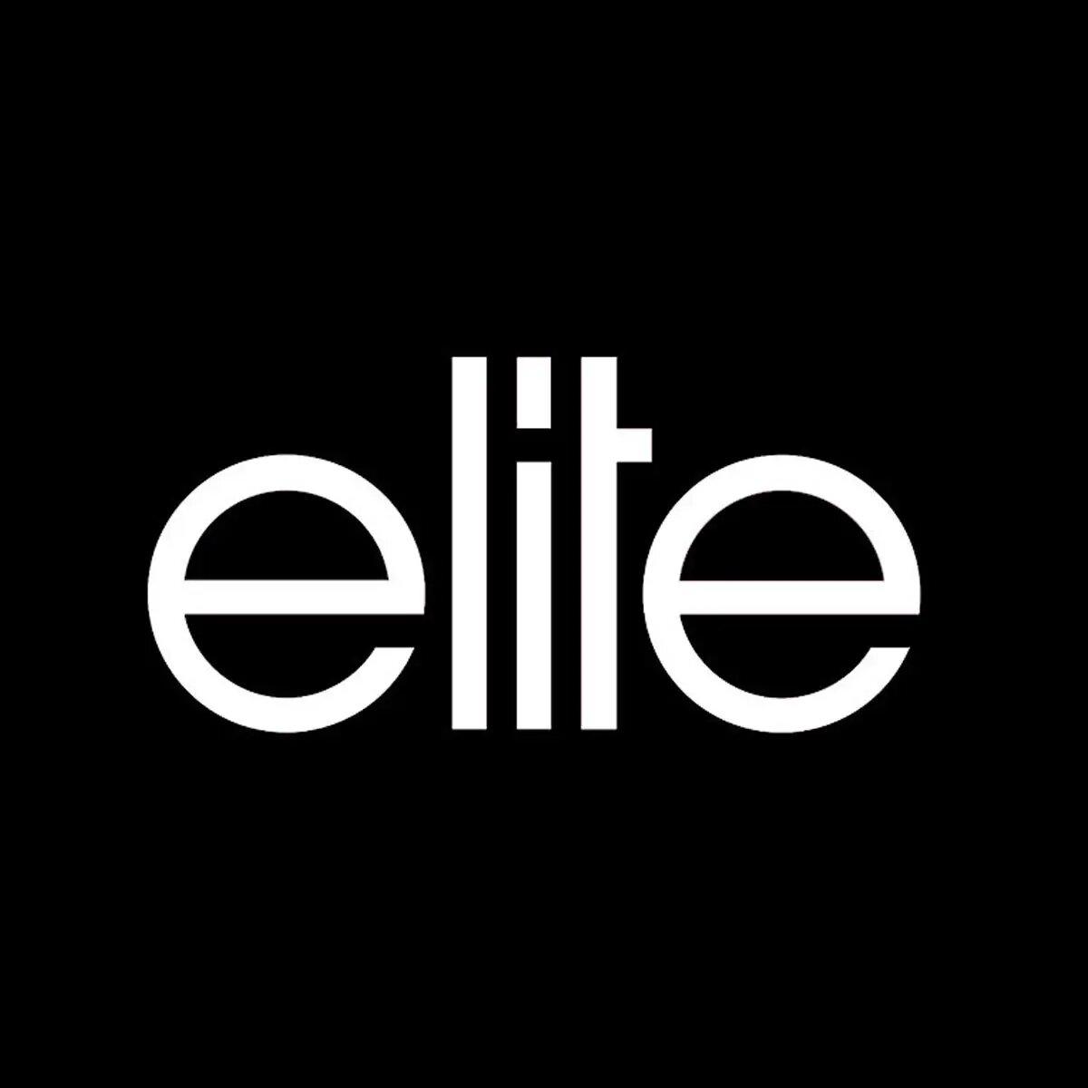 Fue descubierta por un fotógrafo en una fiesta de Hollywood, quien la ayudó con su contrato de modelo con Elite Modeling Agency.