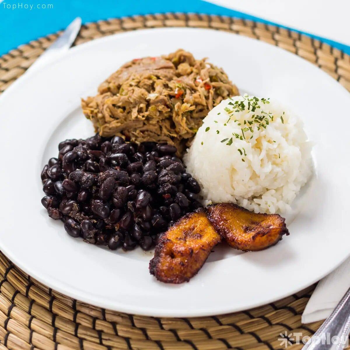 Entre los platos tradicionales resalta el pabellón criollo, la arepa, el café como bebida básica a cualquier hora, el pan de jamón y la hallaca (comida navideña), entre muchos otros.