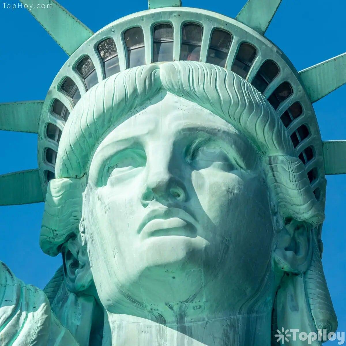 Hay 25 ventanas en la corona de la Estatua de la Libertad, que simbolizan las piedras preciosas que se encuentran en la tierra y los rayos del cielo que brilla sobre el mundo.