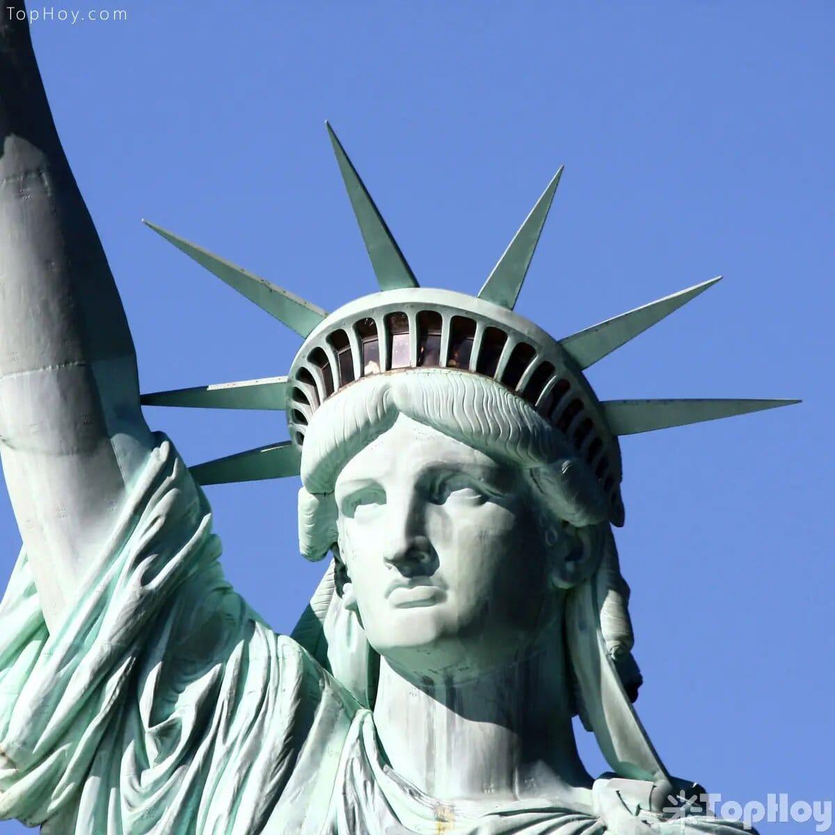 Los siete rayos de la corona de la estatua representan los siete mares y continentes del mundo.