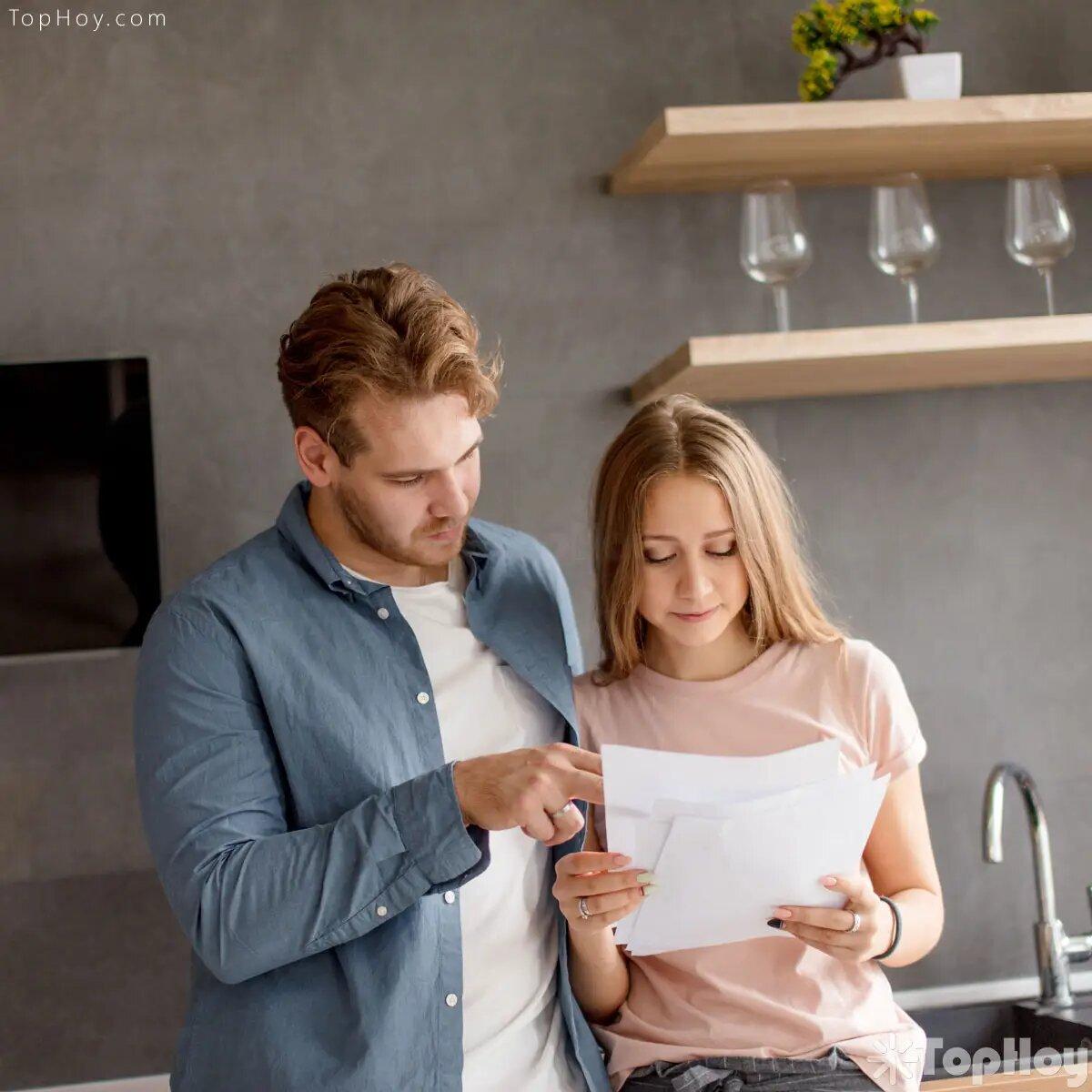 Practica en casa creando posibles preguntas. Prepara las respuestas y ensáyalas. Esto dará ganancias a tu confianza al momento de hablar con tu entrevistador.