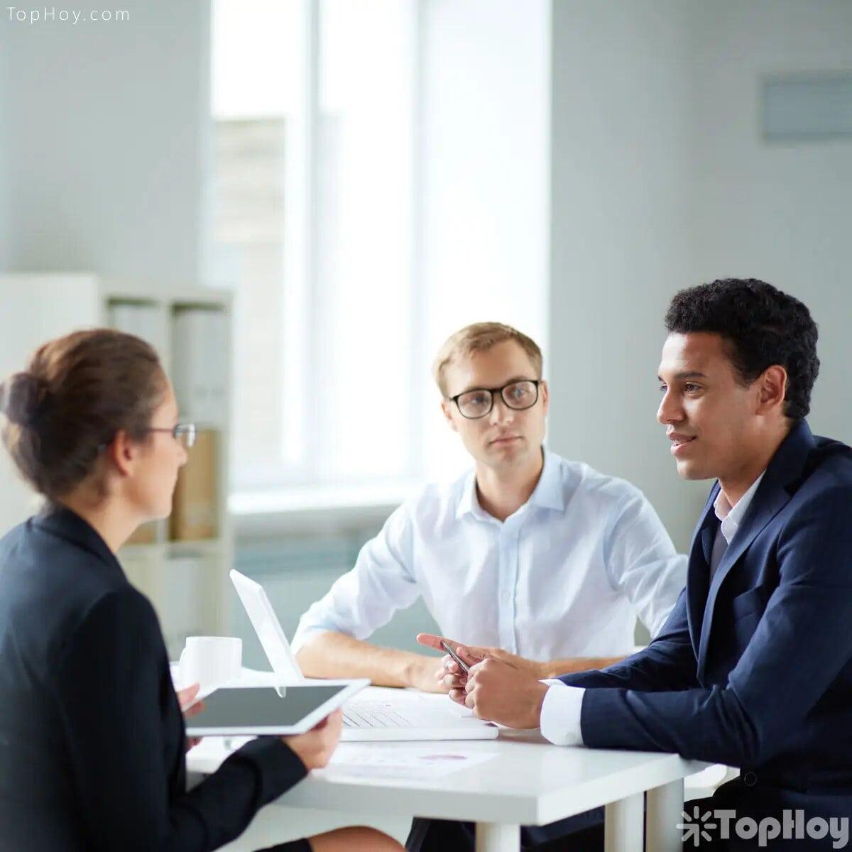 No te quedes con dudas. Si no tienes claras las tareas que desempeñarás en el cargo, u otras inquietudes sobre la empresa, pregunta; así además de notarse tu interés, te quedará despejado el panorama.