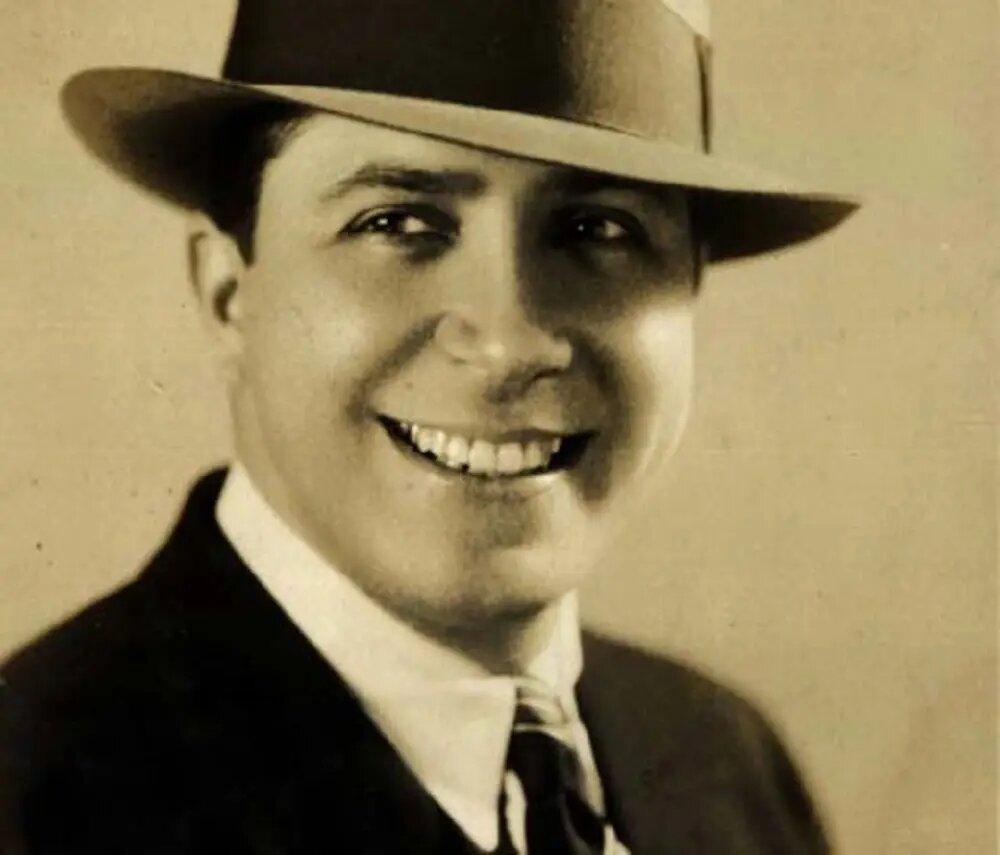 En 1935, el intérprete del tango, Carlos Gardel, perdió la vida en Colombia. Hizo una parada en Medellín donde tuvo un encuentro con su fanaticada. Tras abordar el avión y aun estando en la pista, la aeronave chocó contra otra que también estaba en la pista, causando una fuerte explosión y la muerte de 17 personas.